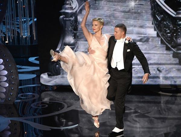 """""""Argo"""" vô địch Oscar, Nữ chính xuất sắc vấp ngã khi lên nhận giải 10"""