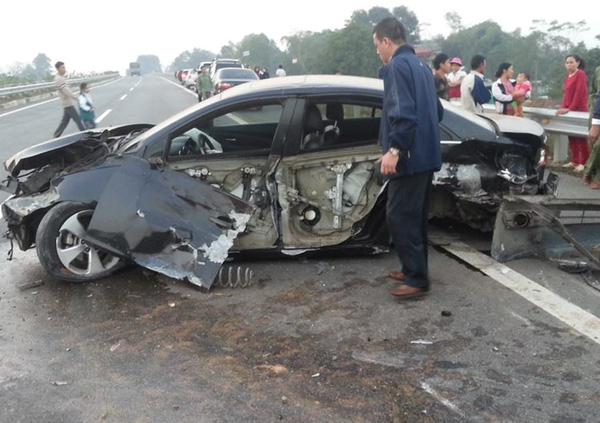 Ô tô nổ lốp, văng vào rào chắn vỡ nát trên cao tốc Nội Bài – Lào Cai 1