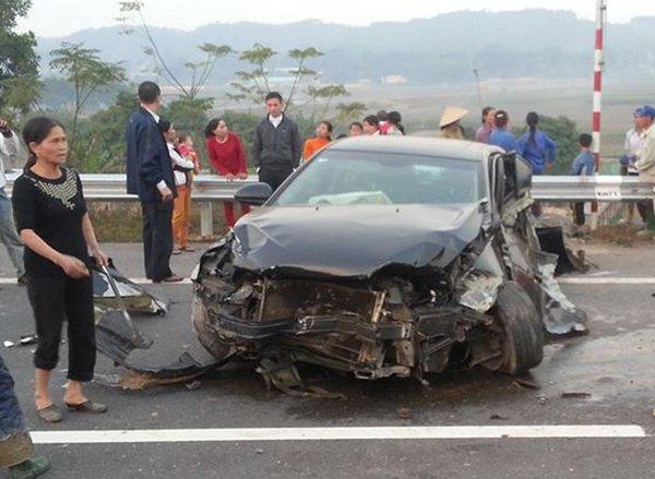 Ô tô nổ lốp, văng vào rào chắn vỡ nát trên cao tốc Nội Bài – Lào Cai 2