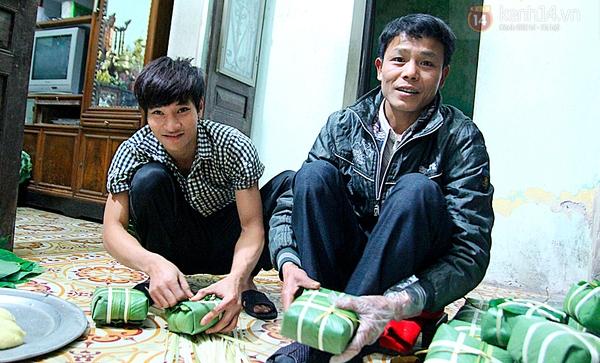 choang-voi-cao-thu-goi-mot-chiec-banh-chung-chua-day-30-giay.JPG