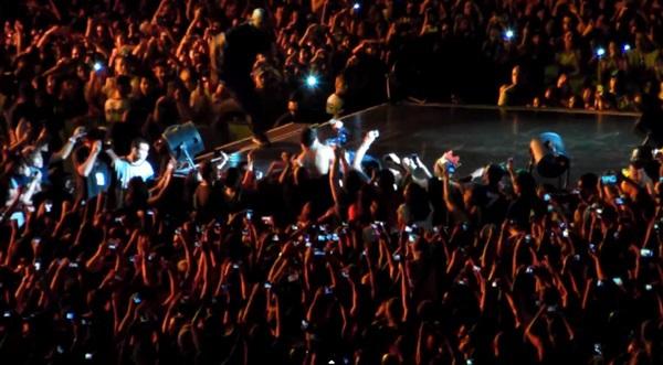 Beyoncé bị fan cuồng kéo bật ngửa trên sân khấu 5