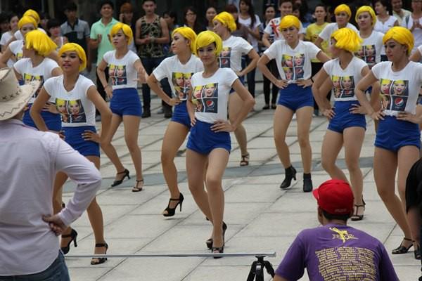 Đông Nhi tóc vàng rực nhảy Hit của Beyoncé ngay giữa đường phố 4