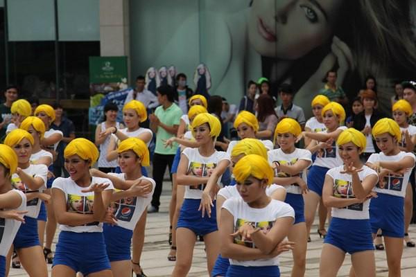 Đông Nhi tóc vàng rực nhảy Hit của Beyoncé ngay giữa đường phố 5