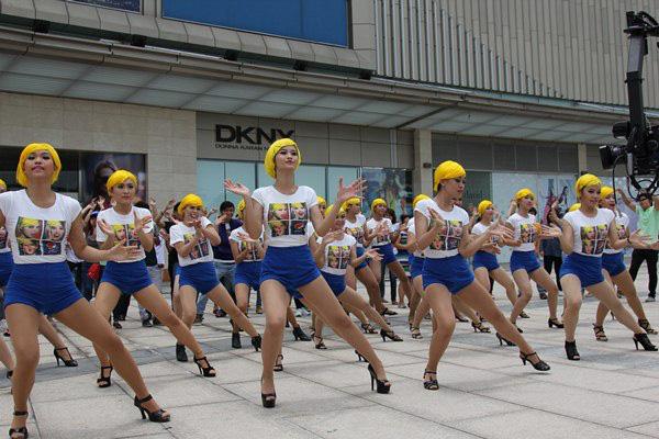 Đông Nhi tóc vàng rực nhảy Hit của Beyoncé ngay giữa đường phố 10