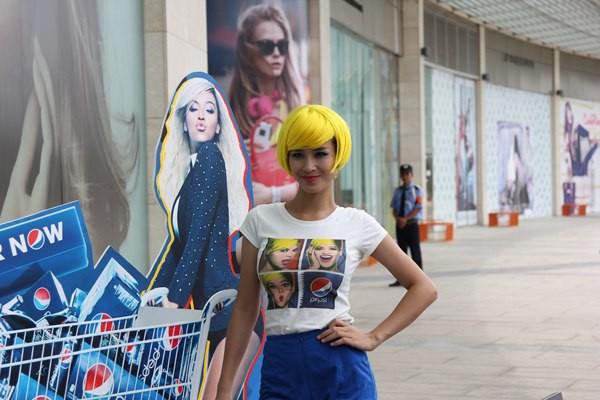 Đông Nhi tóc vàng rực nhảy Hit của Beyoncé ngay giữa đường phố 2