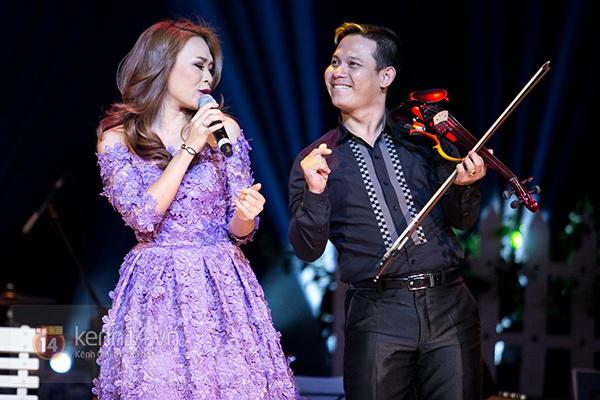 Clip: Mỹ Tâm sửa lời bài hát tặng 1.200 khán giả Hà Nội 13