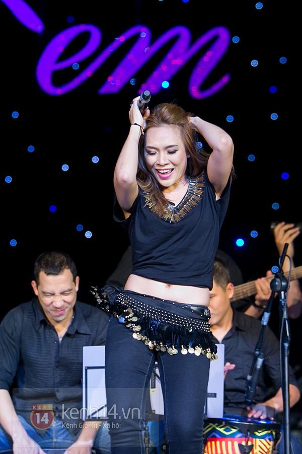 Clip: Mỹ Tâm sửa lời bài hát tặng 1.200 khán giả Hà Nội 18