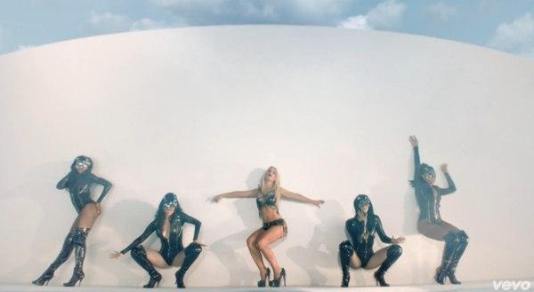 Britney Spears quất roi vun vút vào người vũ công 1