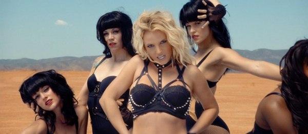 Britney Spears quất roi vun vút vào người vũ công 2
