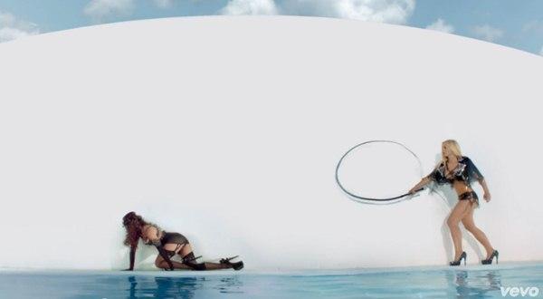Britney Spears quất roi vun vút vào người vũ công 3