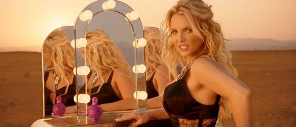 Britney Spears quất roi vun vút vào người vũ công 4