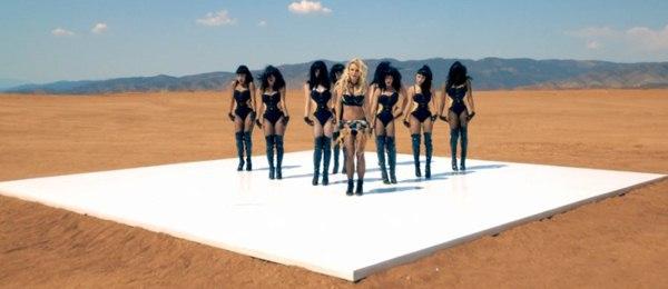 Britney Spears quất roi vun vút vào người vũ công 6