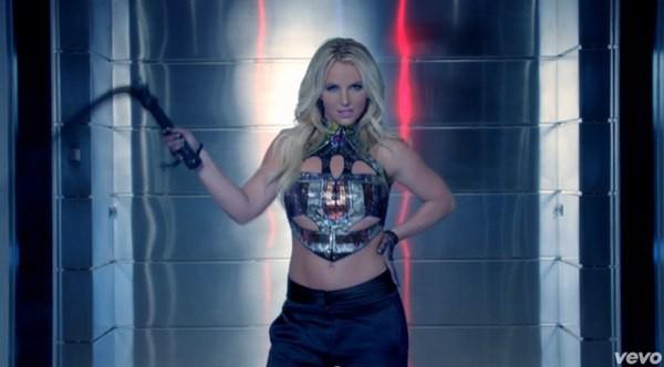 Britney Spears quất roi vun vút vào người vũ công 9