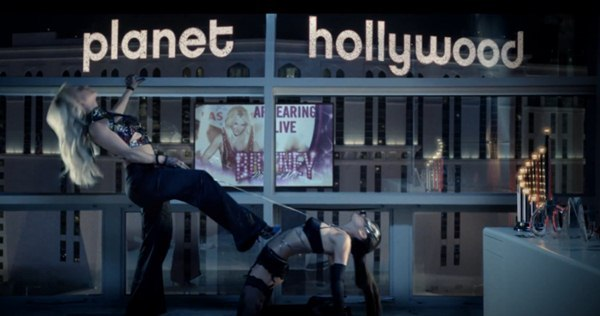 Britney Spears quất roi vun vút vào người vũ công 10