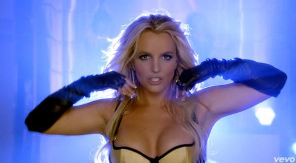 Britney Spears quất roi vun vút vào người vũ công 12