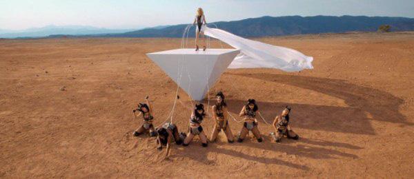 Britney Spears quất roi vun vút vào người vũ công 13