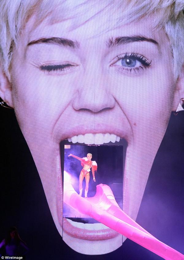 """Chùm ảnh: Nóng mắt với concert """"đồ bơi"""" của Miley Cyrus 1"""