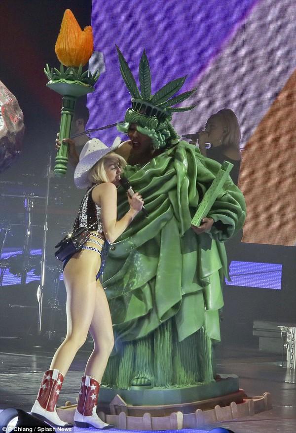 """Chùm ảnh: Nóng mắt với concert """"đồ bơi"""" của Miley Cyrus 10"""
