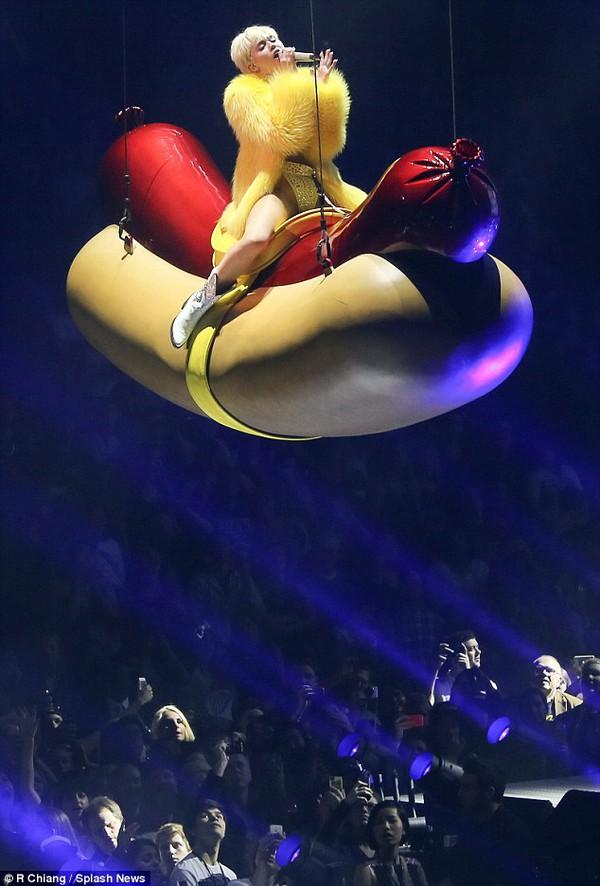 """Chùm ảnh: Nóng mắt với concert """"đồ bơi"""" của Miley Cyrus 19"""