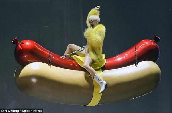"""Chùm ảnh: Nóng mắt với concert """"đồ bơi"""" của Miley Cyrus 20"""