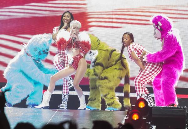 """Chùm ảnh: Nóng mắt với concert """"đồ bơi"""" của Miley Cyrus 3"""