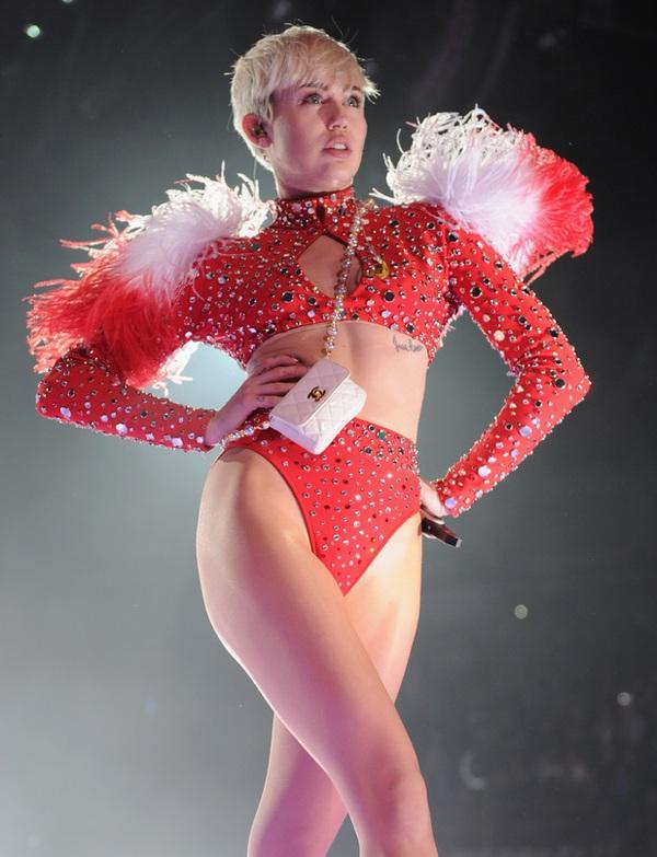 """Chùm ảnh: Nóng mắt với concert """"đồ bơi"""" của Miley Cyrus 2"""