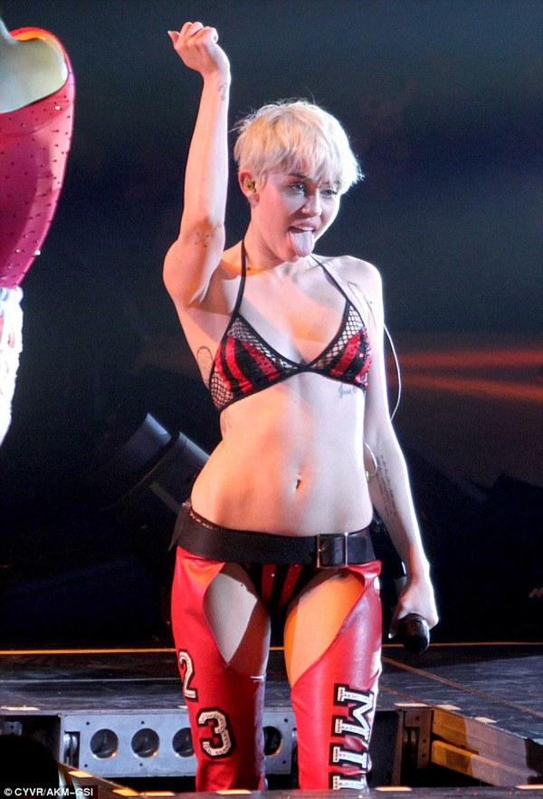 """Chùm ảnh: Nóng mắt với concert """"đồ bơi"""" của Miley Cyrus 25"""