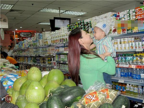 Bé Jacky tung tăng đi mua sắm Tết cùng mẹ Thanh Thảo 8