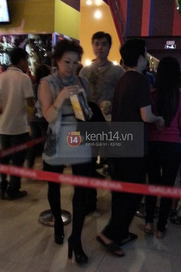 Mẫu nam Việt tay trong tay đi xem phim với tỷ phú U50 2