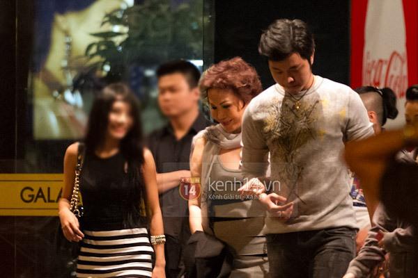 Mẫu nam Việt tay trong tay đi xem phim với tỷ phú U50 4