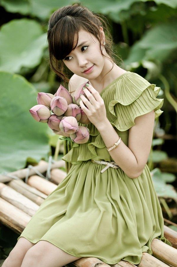 Muôn vẻ mỹ nhân Việt khoe sắc bên hoa sen 2