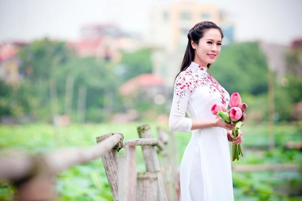 Muôn vẻ mỹ nhân Việt khoe sắc bên hoa sen 10