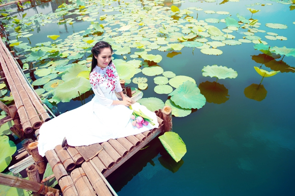 Muôn vẻ mỹ nhân Việt khoe sắc bên hoa sen 11