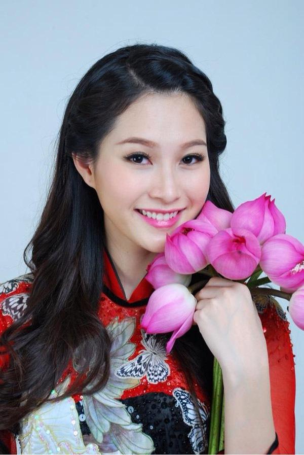 Muôn vẻ mỹ nhân Việt khoe sắc bên hoa sen 28