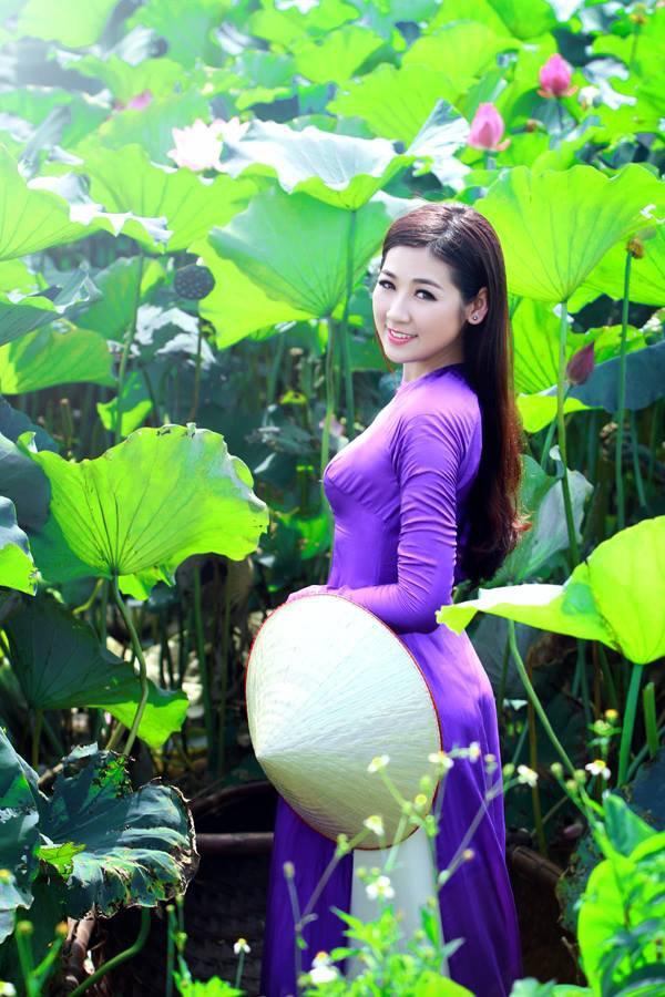 Muôn vẻ mỹ nhân Việt khoe sắc bên hoa sen 14