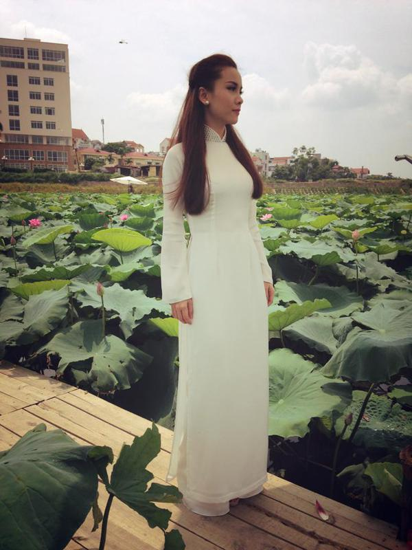Muôn vẻ mỹ nhân Việt khoe sắc bên hoa sen 18