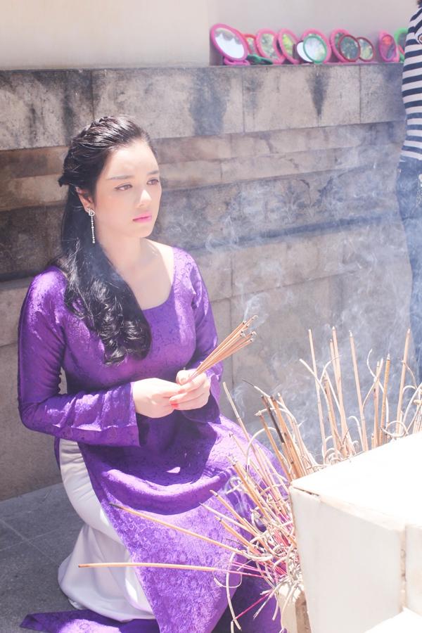 Lý Nhã Kỳ diện áo dài tím thăm di tích Ngã ba Đồng Lộc 3