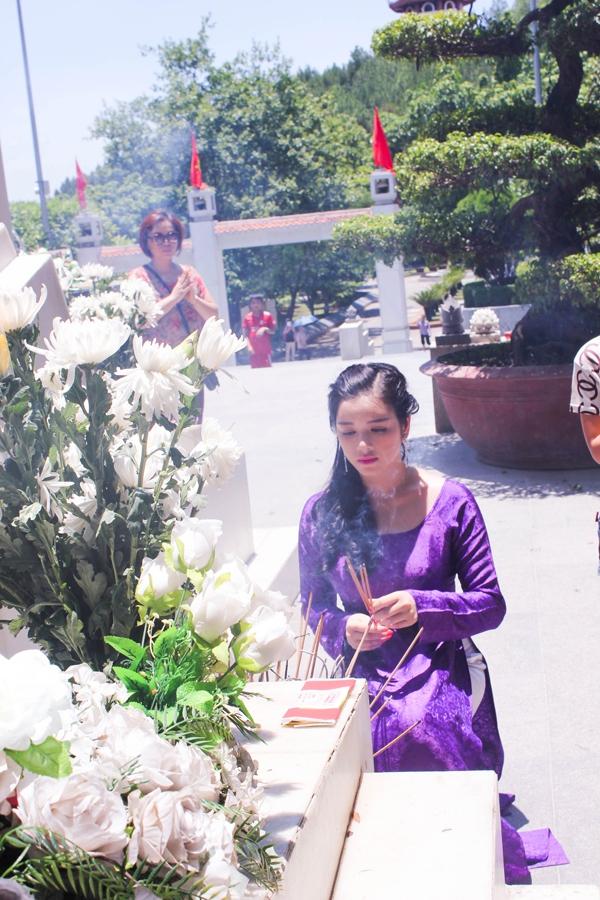 Lý Nhã Kỳ diện áo dài tím thăm di tích Ngã ba Đồng Lộc 4