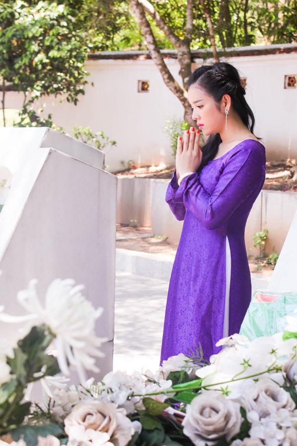 Lý Nhã Kỳ diện áo dài tím thăm di tích Ngã ba Đồng Lộc 5