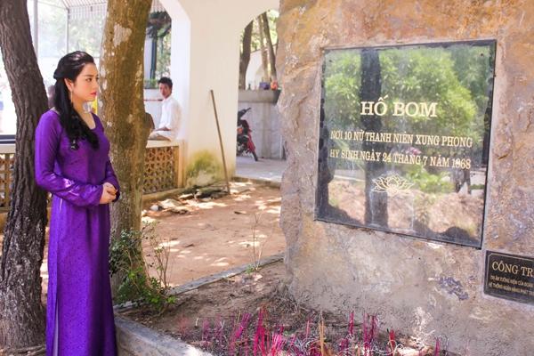Lý Nhã Kỳ diện áo dài tím thăm di tích Ngã ba Đồng Lộc 6