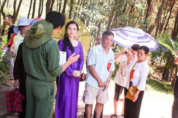 Lý Nhã Kỳ diện áo dài tím thăm di tích Ngã ba Đồng Lộc 7