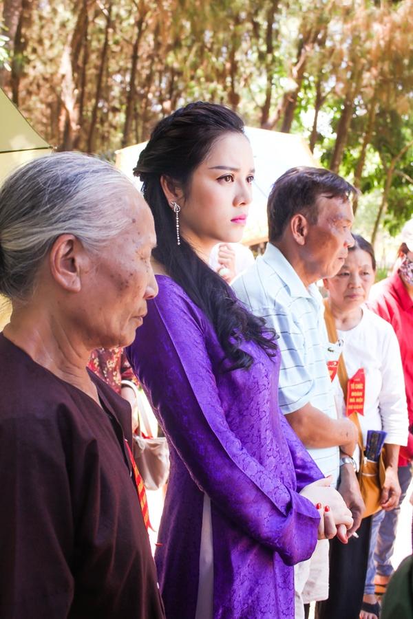 Lý Nhã Kỳ diện áo dài tím thăm di tích Ngã ba Đồng Lộc 8