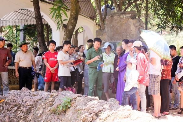 Lý Nhã Kỳ diện áo dài tím thăm di tích Ngã ba Đồng Lộc 9