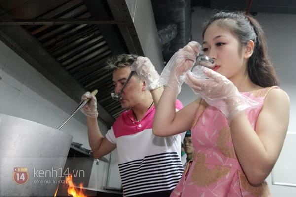 Đàm Vĩnh Hưng dạy học trò cưng Ngọc Trâm nấu ăn 5