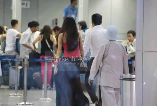Thủy Tiên cùng mẹ ra tiễn Công Vinh đi Nhật 7