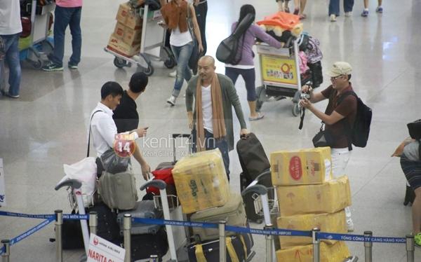Thủy Tiên cùng mẹ ra tiễn Công Vinh đi Nhật 6