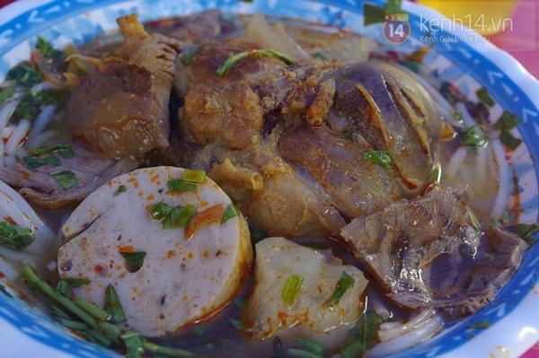 """Đi ăn bún bò Huế học sinh giá """"chát"""" 9"""