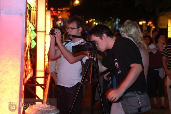 Rực rỡ đêm lễ hội thả đèn lồng ở Hội An 3