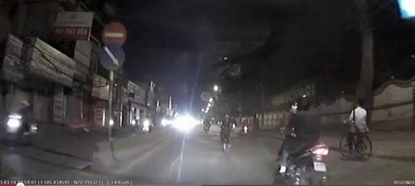"""Cô gái thản nhiên đạp xe ngược chiều, """"hất đổ"""" hai xe máy 1"""