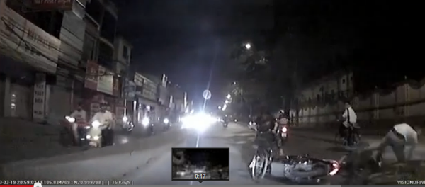 """Cô gái thản nhiên đạp xe ngược chiều, """"hất đổ"""" hai xe máy 2"""